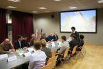 Przedstawiciele delegacji mołdawskiej oraz urzędu miasta w Tarczynie siedzący przy stole