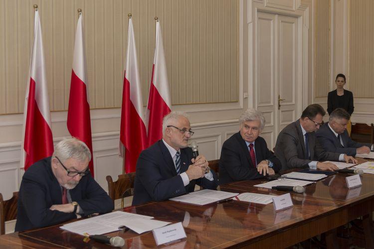 drugi od lewej Wojewoda Małopolski przemawia