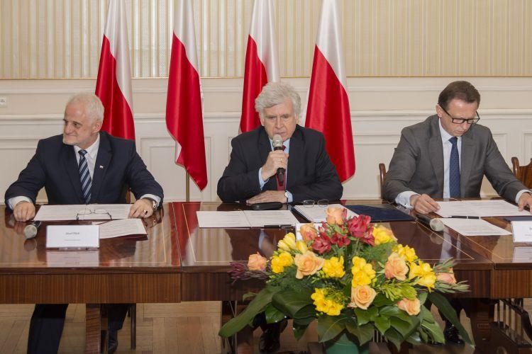 Kazimierz Bujakowski w trakcie uroczystości podpisania porozumienia