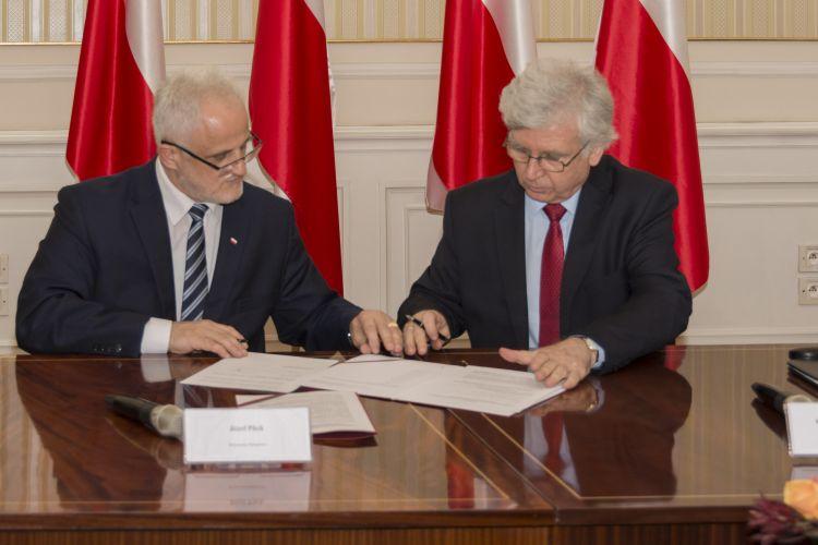 Podpisania porozumienia po prawej Główny Geodeta Kraju