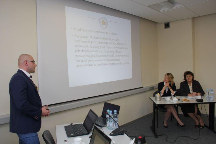 Prezentacja Pomorskiego Stowarzyszenia Geodetów, po prawej stronie za stołem siedzą p.o. GGK i p.o. ZGGK