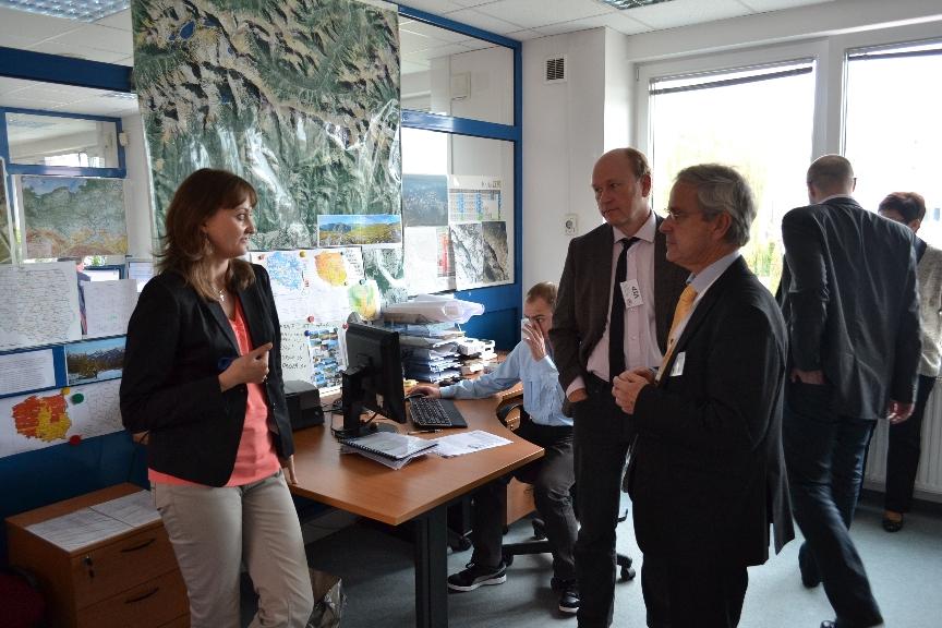 Foto. 1. W siedzibie Centralnego Ośrodka Dokumentacji Geodezyjnej i Kartograficznej w Warszawie, od lewej: Anna Bober (CODGiK), Morten Borrebæk, Olaf Østensen
