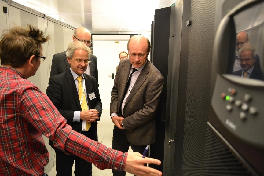 Foto. 2. W siedzibie Centralnego Ośrodka Dokumentacji Geodezyjnej i Kartograficznej w Warszawie, od lewej: Artur Lichański (CODGiK), Olaf Østensen, Morten Borrebæk