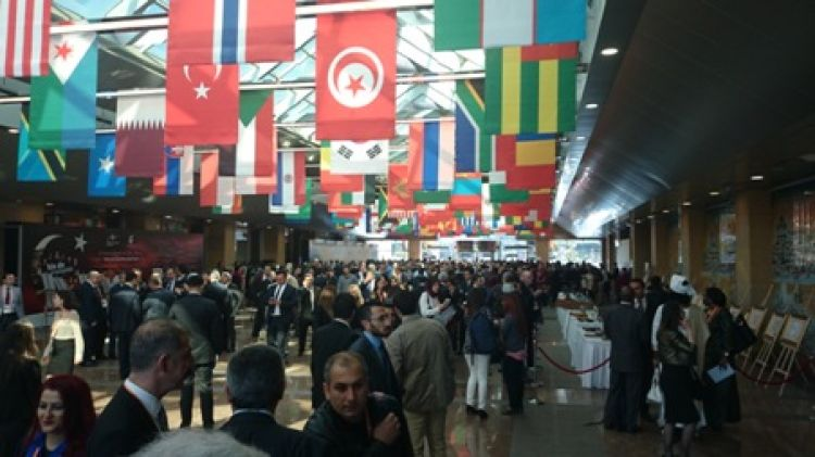Flagi krajów uczestniczących w obradach. Kilkadziesiąt flag wiszących pod sufitem.