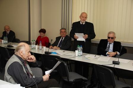 Bogdan Grzechnik za stołem prezentuje projekt uchwały