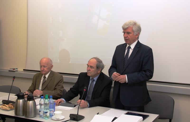 Główny Geodeta Kraju Kazimierz Bujakowski otwiera obrady posiedzenia PRGiK