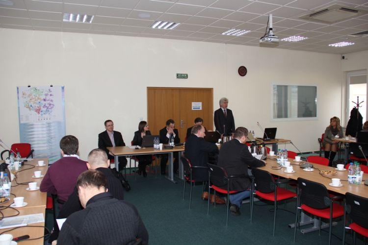 Uczestnicy konferencji i przemawiający Główny Geodeta Kraju