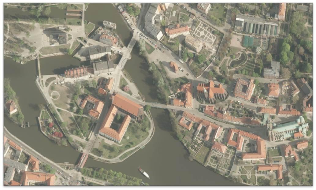 Przykładowa ortofotmapa, kolorowe zdjecie prezentujące budynki oraz roślinnośc z lotu ptaka. Fragment Wrocławia