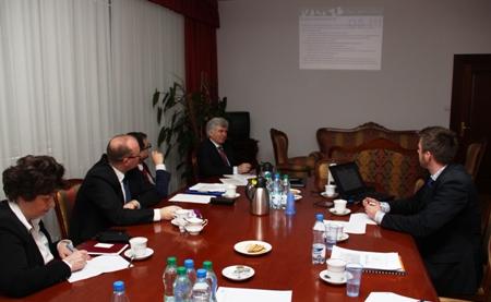 Spotkanie informacyjne Wsparcie dla szkolnictwa wyższego w ramach PO WER. Na zdjęciu od lewej: Alina Maciejewska, Radosław Wisniewski, Tomasz Kownacki (reprezentaci Klastra GEopoli), Kazimierz Bujakowski oraz Paweł Zdun,