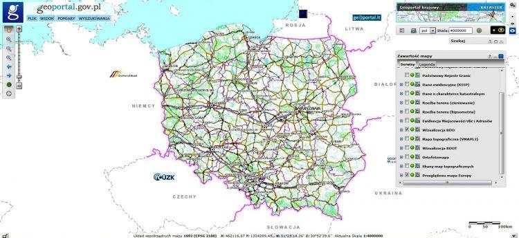 Zrzut ekranu przeglądarki map z mapą Polski, na ekranie widoczny cały kraj z siecią dróg