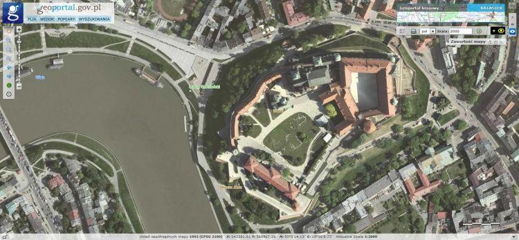 Ortofotomapa prezentująca Wawel (Kraków) oraz fragment Wisły w lewej części ekranu