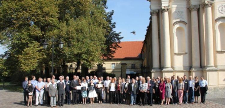 Zdjecie grupowe wykonane na Krakowskim Przedmieściu w Warszawie