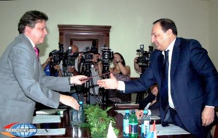 Podpisanie umowy o współracy w ramach programu Polska Pomoc Rozwojowa wymiana podpisanych umów pomiędzy szefami urzędów z Polski i Armenii