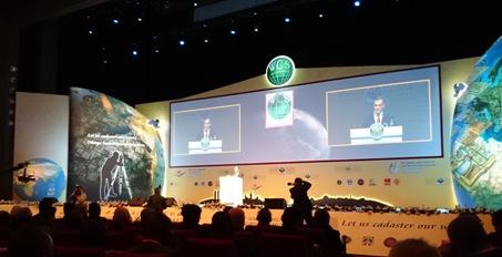 Uroczystość otwarcia szczytu. W Istambule, 20 kwietnia br., rozpoczął się światowy szczyt katastralny zorganizowany przez Dyrekcję Generalną Rejestracji Nieruchomości i Katastru oraz Ministerstwo Środowiska i Urbanizacji Republiki Turcji we współpracy ze Światową Federacją Geodetów (FIG) a także Grupą Roboczą ds. Zarządzania Gruntami, Komitetu ds. Gospodarki ONZ w Europie UNECE WPLA.